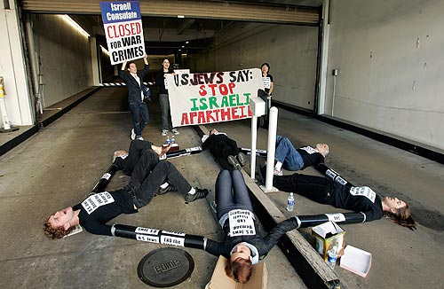 Los Angeles : Jewish Activists Chain Themselves to Israeli Consulate